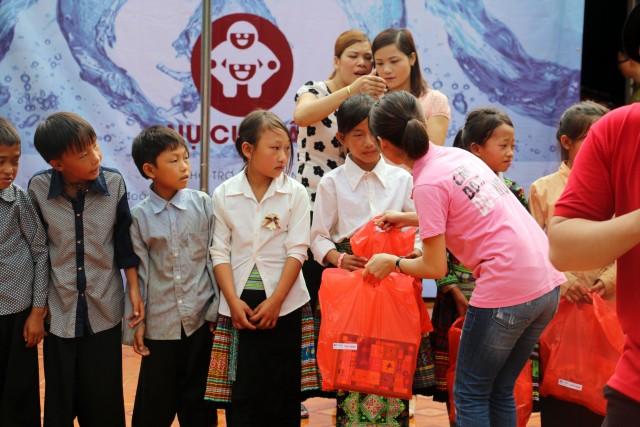 IMC – Tặng quà cho học sinh vùng cao nhân dịp năm học mới