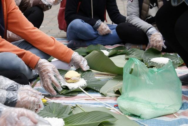 IMC – Gói bánh chưng tặng người nghèo dịp Tết Nguyên đán