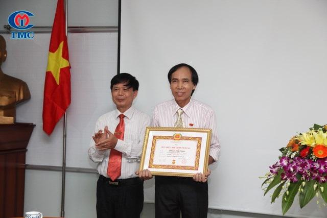 IMC – Chúc mừng Đ/c Phạm Văn Châu được tặng thưởng huy hiệu 30 năm tuổi Đảng