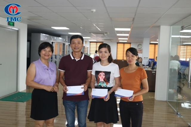 Hệ thống IMC trao thưởng cho các cháu là con của CBCNV có thành tích cao trong học tập