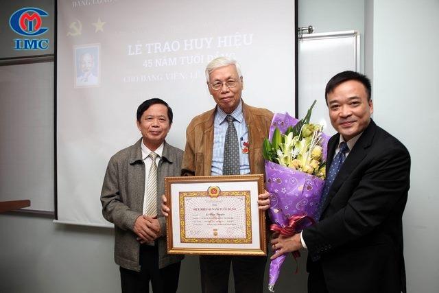 IMC – Lễ trao Huy hiệu 45 năm tuổi Đảng cho Đảng viên Lê Văn Truyền