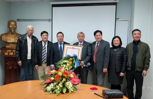 IMC – Đảng viên Trần Đáng nhận Huy hiệu 50 năm tuổi Đảng